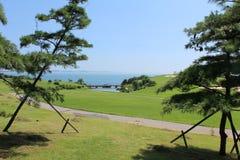 在海滩附近的一个高尔夫球场 免版税图库摄影