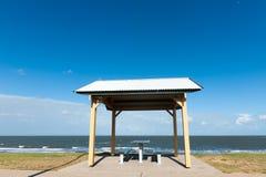 在海滩附近的亭子 库存图片