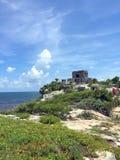在海洋附近的古老玛雅废墟在Tulum,墨西哥 图库摄影