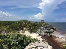 在海洋附近的古老玛雅废墟在Tulum,墨西哥 免版税库存照片