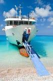 在海滩附近的大小船 免版税图库摄影
