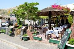 在海滩附近的室外餐馆 免版税库存图片