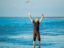 在海洋附近的愉快的人 免版税库存照片