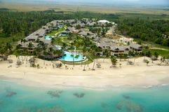 在海滩附近的旅馆手段 免版税库存照片