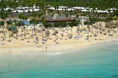 在海滩附近的旅馆手段 库存照片