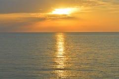 在海洋附近的日落 在水的好的风景 免版税库存图片