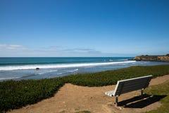 在海洋附近的椅子 免版税库存照片