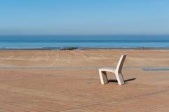 在海滩附近的椅子 免版税库存图片