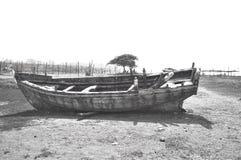 在海滨附近的残破的小船 库存图片