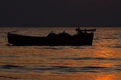 在海水附近的渔船 免版税库存图片