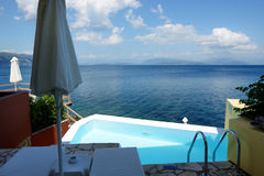 在海滩附近的游泳池在豪华旅馆 免版税图库摄影