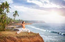 在海洋附近的瑜伽 免版税库存图片