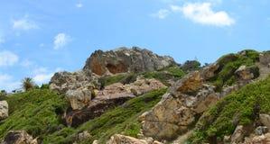在海滩附近的西班牙小山 库存图片