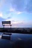 在海滩附近的长凳 图库摄影