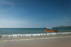 在海滩靠码头的一条小船 免版税库存照片