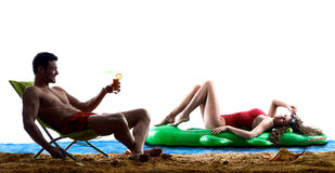 在海滩饮用的夫妇 库存图片