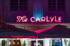 在海洋驱动的夜视图与卡莱尔旅馆 免版税库存照片
