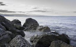 在海滩,克罗地亚的岩石 免版税图库摄影