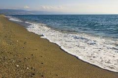 在海滩,卡拉布里亚,意大利的波浪 库存照片