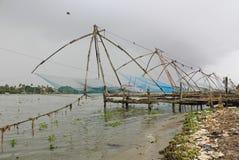在海滩,印度的中国捕鱼网 免版税库存照片