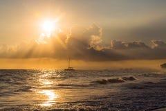 在海洋,多米尼加共和国的金黄日出 免版税图库摄影