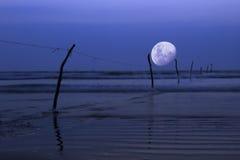 在海洋,夜场面的月亮 免版税库存图片