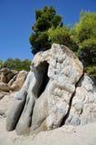 在海滩,希腊, halkidiki, sithonia的大岩石 库存图片