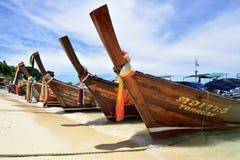 在海滩,普吉岛的小船 库存图片