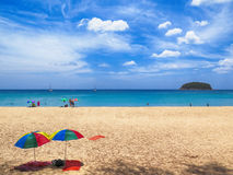 在海滩,普吉岛,泰国的伞 免版税库存图片
