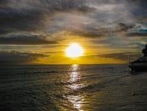 在海洋,毛伊,夏威夷海岛的日落  图库摄影