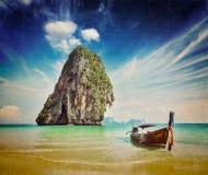 在海滩,泰国的长尾巴小船 免版税库存照片