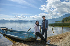 在海滩,泸沽湖,丽江,中国的年轻夫妇 免版税库存照片