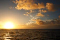 在海洋,瓦努阿岛海岛,斐济的日落 免版税库存照片