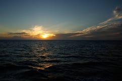在海洋,瓦努阿岛海岛,斐济的日落 免版税库存图片