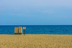 在海滩,西班牙的轻便折叠躺椅 库存图片