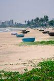 在海滩,越南的小圆舟 免版税库存照片