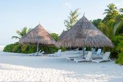 在海滩,马尔代夫的秸杆遮光罩 免版税库存图片