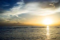 在海洋,巴厘岛的美好的日落 库存图片