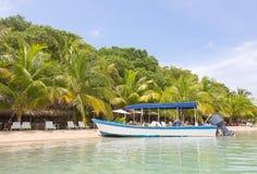 在海滩,巴拿马的小船 免版税图库摄影