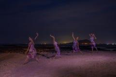 在海滩, mutiple的女孩戏剧 免版税库存照片