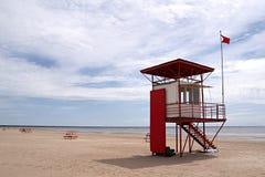在海滩, Pärnu,爱沙尼亚的救生员塔 免版税库存照片