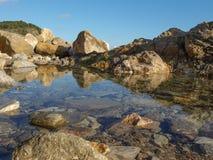在海滩, Palamos,肋前缘Brava,西班牙的岩石 免版税库存照片