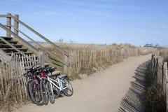 在海滩, Zeebrugge的自行车 免版税库存图片