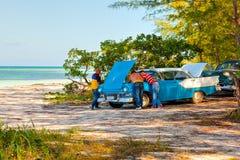 在海滩Cayo Jutias的美国经典汽车 库存照片