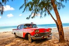 在海滩Cayo Jutias,古巴的美国经典汽车 免版税库存图片