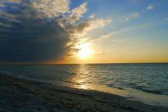 在海滩Celestun墨西哥海洋panora的日落 库存图片