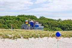 在海滩Graal-Mueritz,波罗的海的救生员驻地 免版税图库摄影
