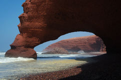 在海滩Legzira的曲拱 库存照片