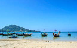 在海滩Naiyang普吉岛泰国的Longtail小船 免版税库存照片