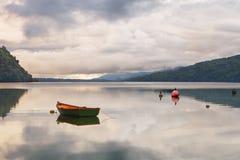 在海滩Puyuhuapi海湾停住的老渔工艺, Patagon 免版税库存图片